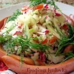 Тёплый салат из овощей с сосисками