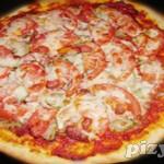 Пицца с манго, креветками и йогуртовым соусом