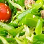 Кочанный салат с помидорами черри