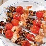 Шашлыки из мяса мидий и креветок с помидорами черри