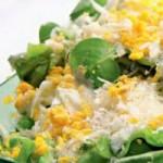 Салат с яичной заправкой и йогуртом