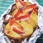 Чесночный картофель с беконом, запечённый в фольге