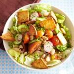 Салат из редиса с солёным огурцом и сухариками