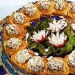 Венок из тарталеток с овощами и сыром
