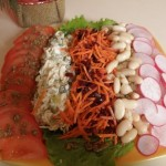 Блюдо с овощной нарезкой и каперсами