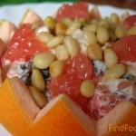 Грейпфрутовый салат с курицей и черносливом