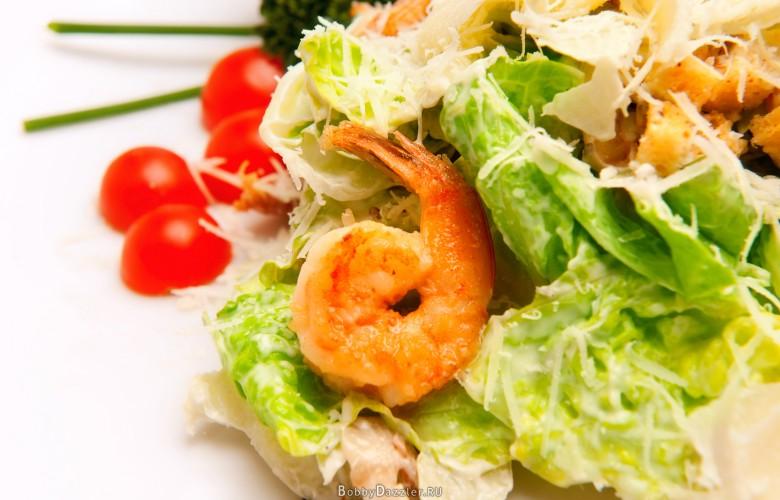 Греческий салат с креветками и гренками
