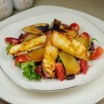Грушевый салат с клубникой и жареным сыром