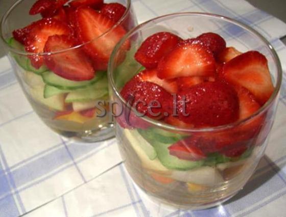 Огуречный салат с клубникой и авокадо