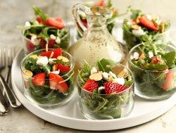 Салат из клубники с заправкой из шампанского