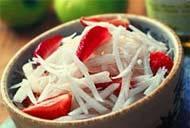 Салат из клубники с редисом