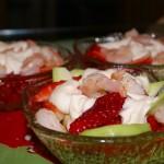 Салат из креветок с клубникой и джемом