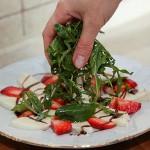 Салат с клубникой и моццареллой