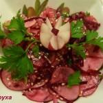 Красный салат со свеклой и редисом