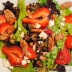 <strong>Салат с клубникой и грецкими орехами</strong>