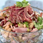 Фасолевый салат с бужениной и маринованным луком