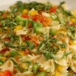 Салат из пасты фарфалле с овощами