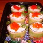 Крабовый салат с авокадо и красной икрой