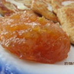 Яблочные оладьи с вареньем из айвы