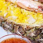 Ананас, фаршированный рисом и креветками
