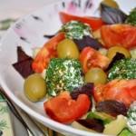 Салат из свежих овощей с творожными шариками