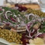 Сельдь с овощами и маслинами