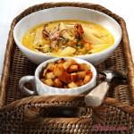 Сырный суп с морепродуктами и крутонами