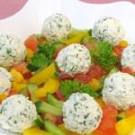 Свежие овощи с творожными шариками