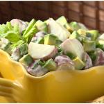 Рыбный салат под соусом, с авокадо