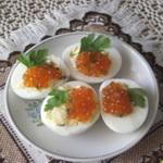 Яйца, фаршированные красной икрой