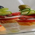 Кусочки из рыбы и фруктов на вертеле
