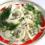 Салат из кальмаров с зелёным горошком