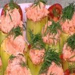 Кабачки, фаршированные сёмгой, на овощном салате