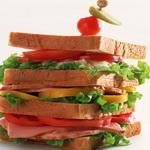 Бутерброды с копченой рыбой и копченым сыром
