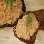Бутерброды с сырой морковью и листьями черники