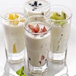 Молочный напиток с фруктами и йогуртом