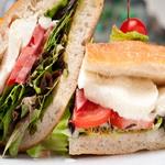 Сэндвич с сыром моцарелла и базиликом