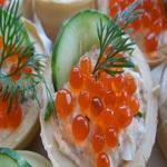 Тарталетки с сырным салатом и икрой