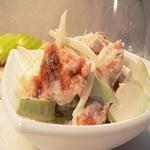 Рыбные рулеты на салате