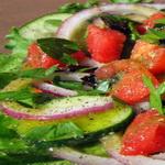Салат из помидор и яблок