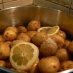 Молодой картофель с сырным соусом