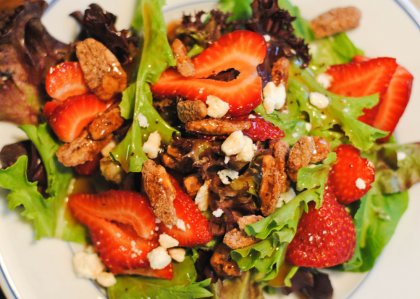 Салат с клубникой и грецкими орехами