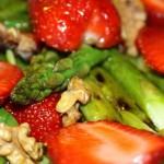 Салат из рукколы и клубники со спаржей