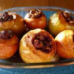 Яблоки, фаршированные курицей и черносливом