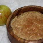 Овсяная каша, сваренная на яблочном соке с изюмом