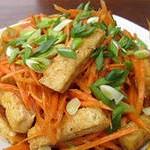 Салат из моркови с жареным тофу