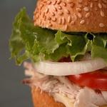 Гамбургер с макрелью и помидорами