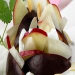 Салат из яблок и слив, со сметаной