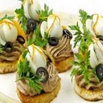 Закуска из печеночного паштета с перепелиными яйцами