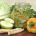 Консервированный салат из моркови, хрена и яблок